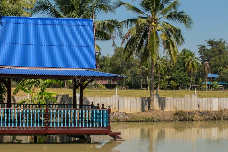 Pavilhão tailandês de madeira azul foto de stock