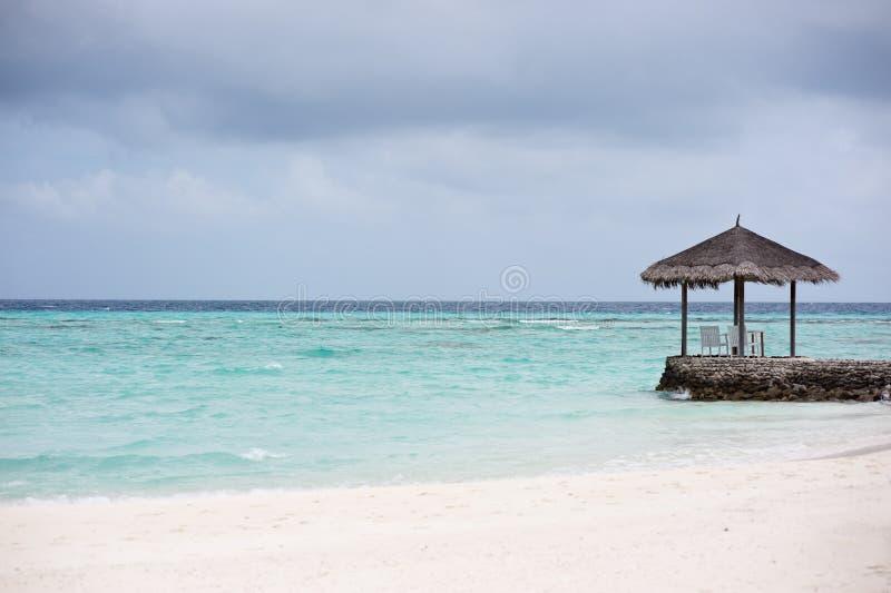 Pavilhão Thatched na praia imagens de stock royalty free
