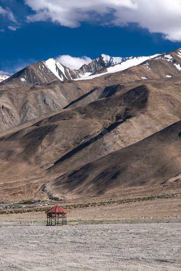 Pavilhão vermelho na natureza fotos de stock