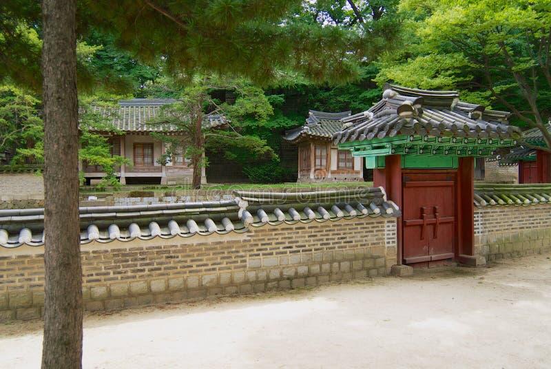 Pavilhões tradicionais no palácio de Changdeokgung dentro de um grande parque em Jongno-gu em Seoul, Coreia imagem de stock