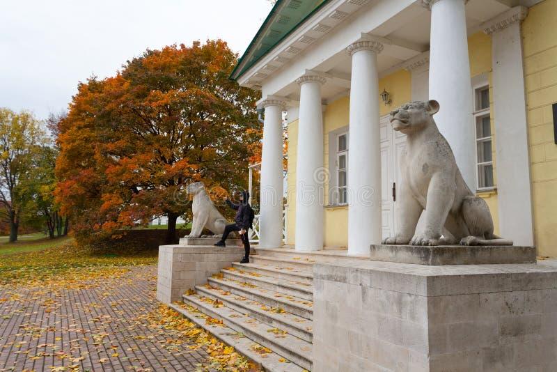 Pavilionbyggnad med stenlioner 02 10 2019 royaltyfria bilder