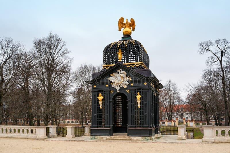 Pavilione barocco con l'aquila nei giardini del palazzo Branicki, Bialystok, Polonia fotografia stock