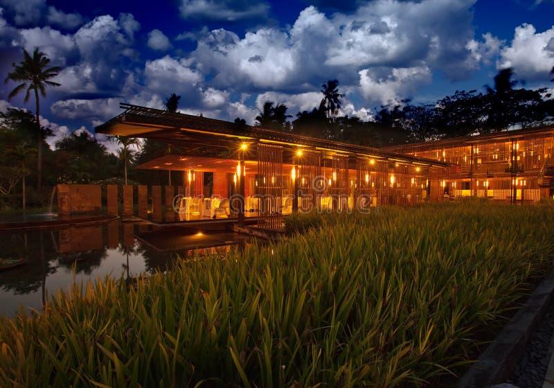 Paviljoen in Aziatische stijl bij de pool royalty-vrije stock foto's