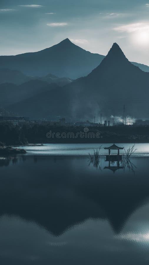 Paviljoen in het meer stock foto's
