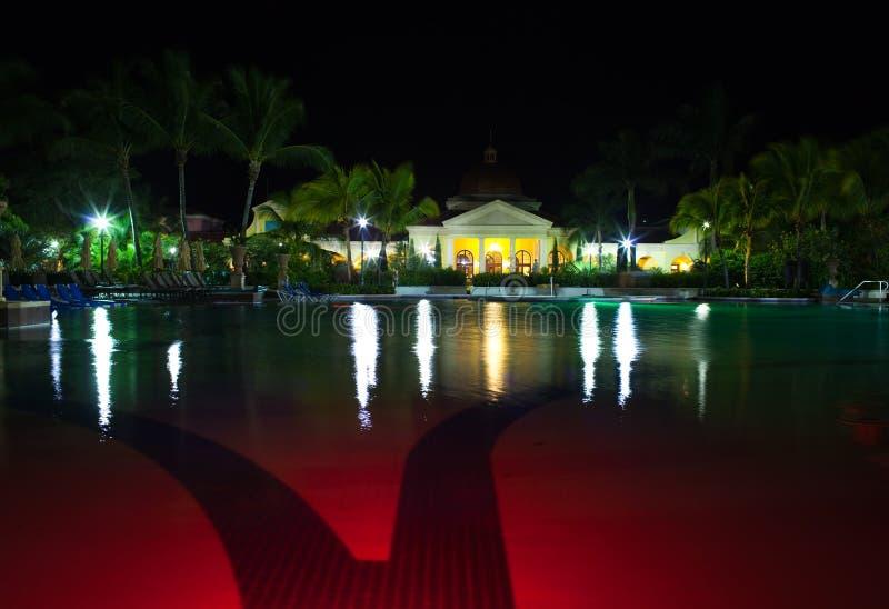Paviljoen met nachtverlichting achter pool royalty-vrije stock afbeeldingen