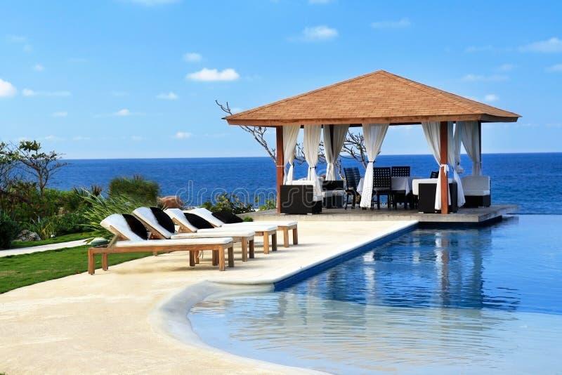 Paviljoen met zwembad royalty-vrije stock afbeeldingen