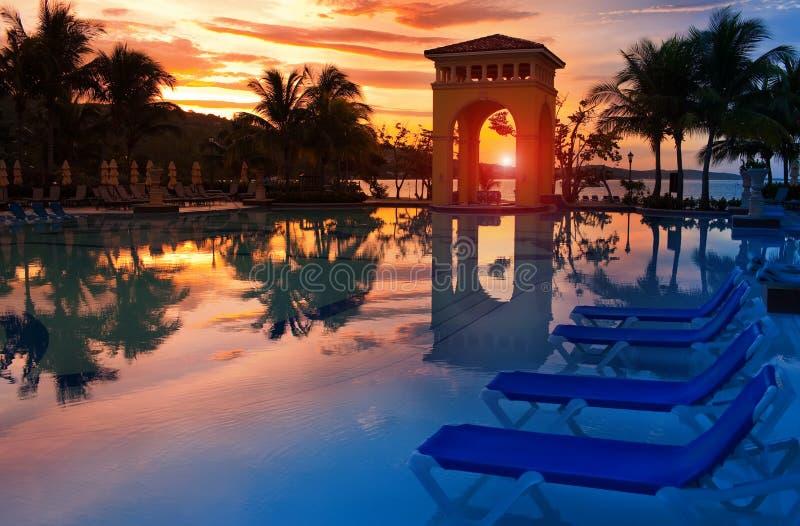 Paviljoen op een zonsondergang en de pool met bezinning. royalty-vrije stock foto's