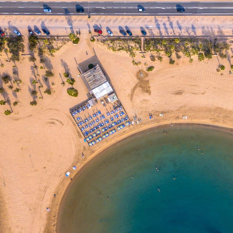 Paviljoen op Geel strand op vroege ochtend langs weg met parkeren stock foto