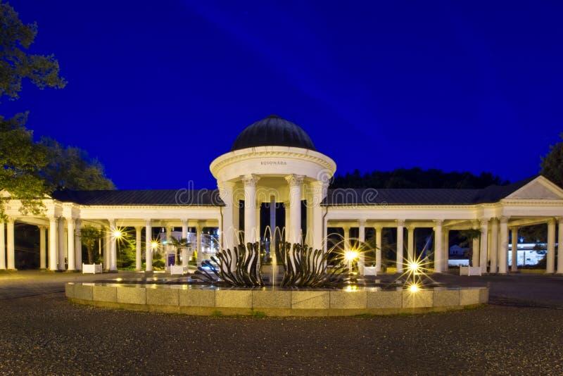 Paviljoen van de mineraalwaterlente bij nacht - Marianske Lazne - Tsjechische Republiek stock foto