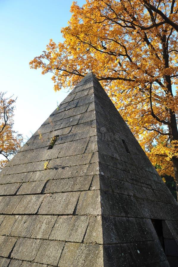 Paviljoenpiramide in Catherine Park in Tsarskoye Selo royalty-vrije stock foto