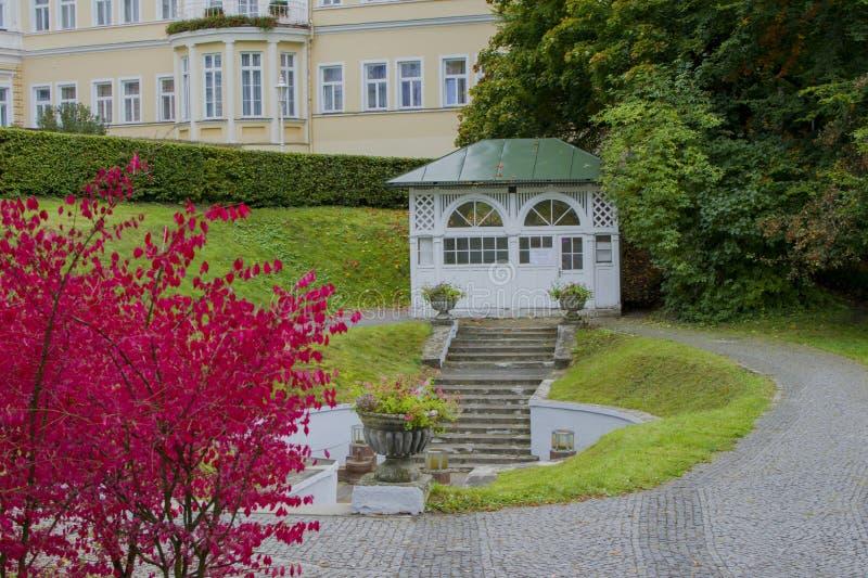 Paviljong av den kalla mineralvattenvåren Ambrosius - den lilla västra bohemiska brunnsortstaden Marianske Lazne Marienbad - Tjec royaltyfri bild