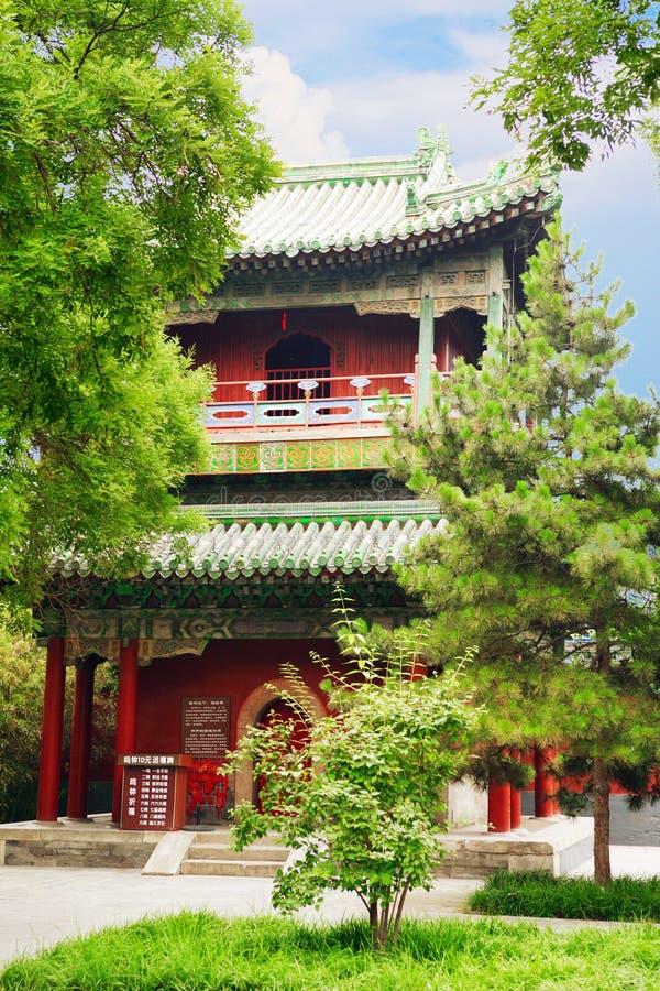 Paviljong i trädgård av fred och harmoni Tecknet nära paviljongen säger att 'du kan hänga ett lås här för bra lycka 'Peking, Kina royaltyfria bilder
