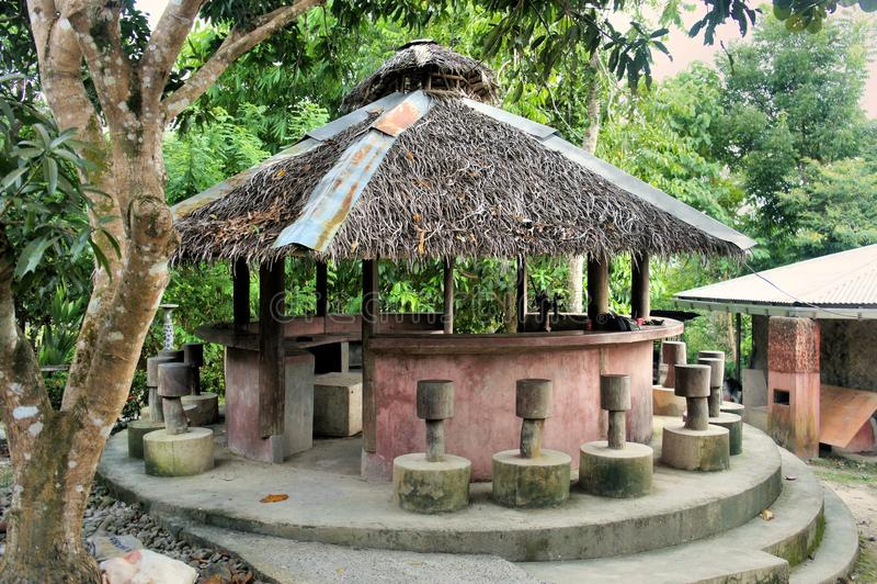 Paviljong med ett halmtäckt tak. royaltyfria bilder