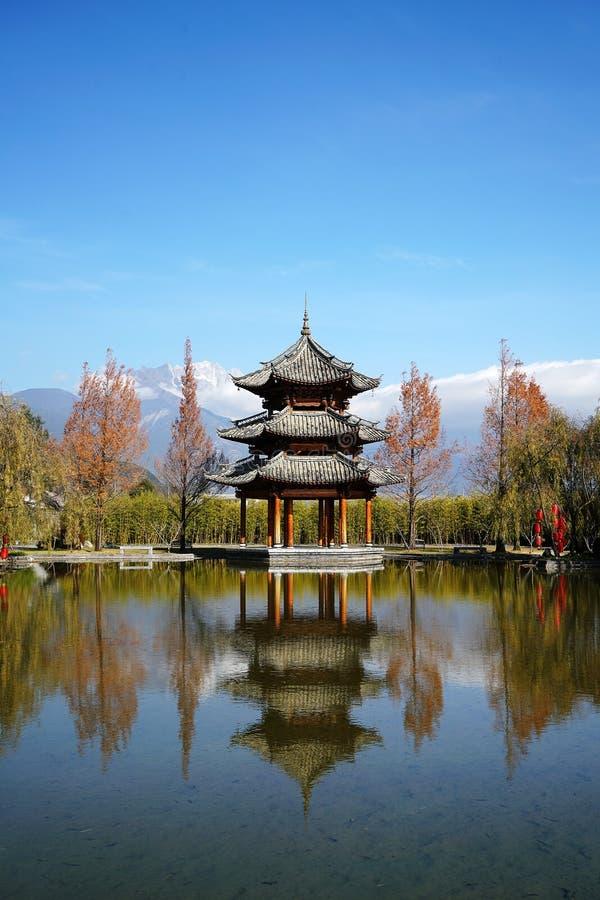 Paviljong och Jade Dragon Snow Mountain royaltyfri bild