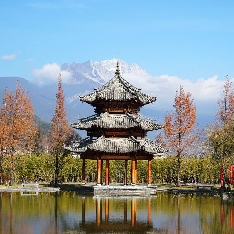 Paviljong och Jade Dragon Snow Mountain fotografering för bildbyråer