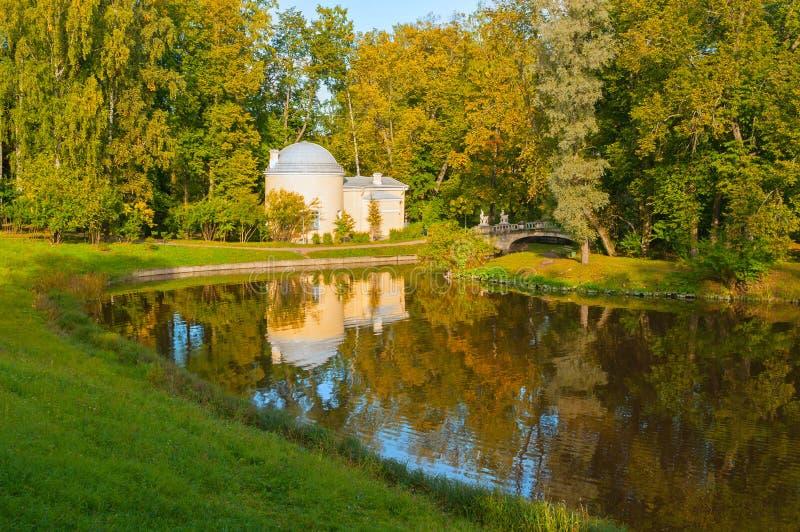 Paviljongen kallade Förkylning Bada på Pavlovsken parkerar territoriet nära den Slavyanka floden i Pavlovsk, St Petersburg, Ryssl arkivbilder