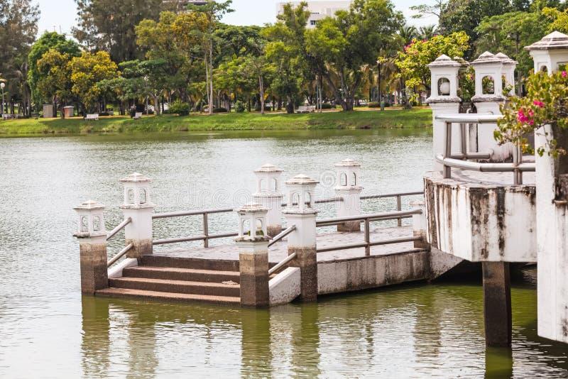 Paviljongen med bron fördjupa till sjön i parkera arkivbild