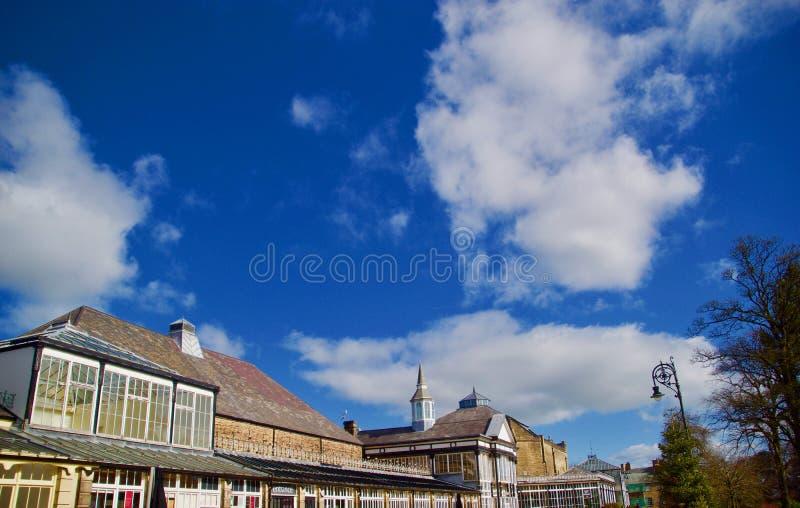 Paviljongen och den stora himlen på Buxton royaltyfri bild