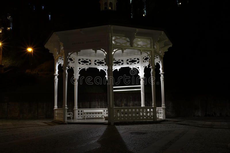 Paviljongen på natten i Karlovy varierar arkivfoto