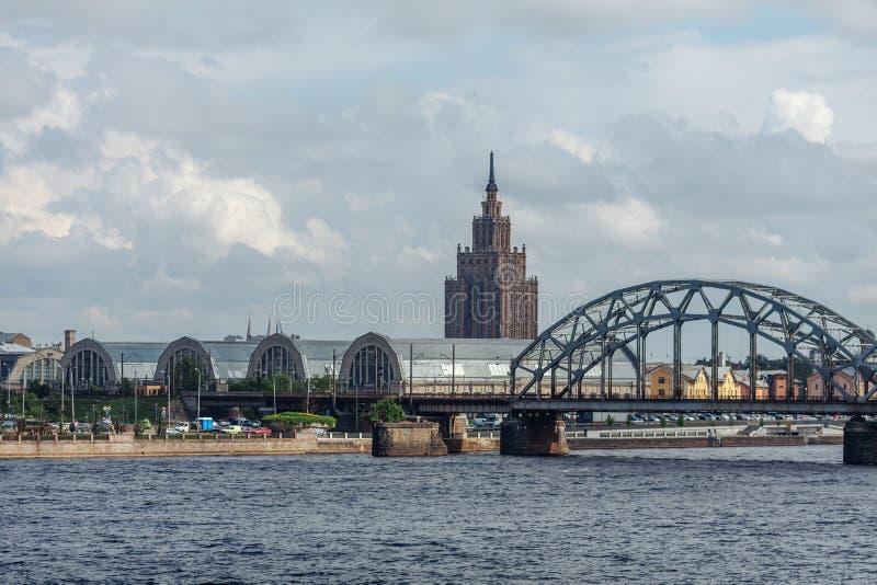 Paviljonger av den centrala marknaden och akademin av vetenskaper i Riga royaltyfri fotografi