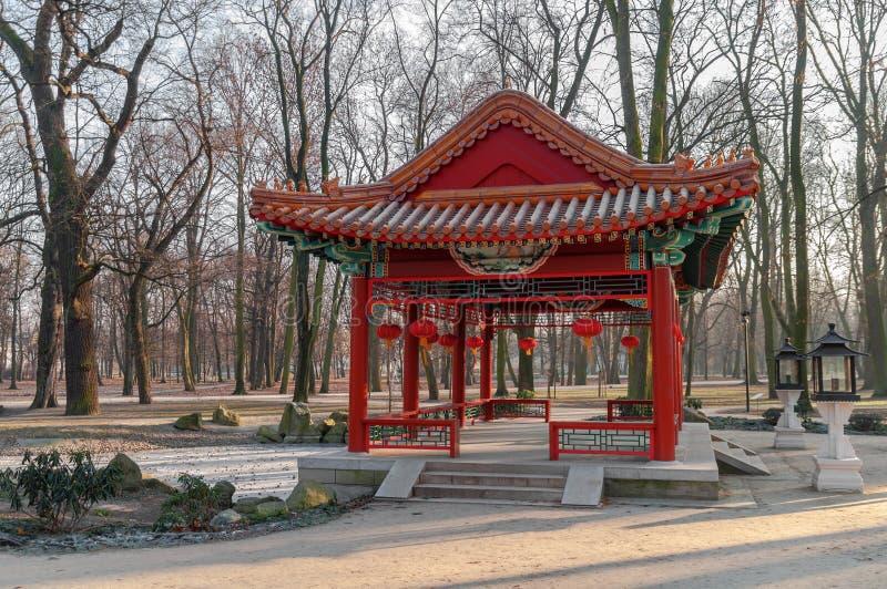 Paviljonger för traditionell kines i Lazienki parkerar i Warszawa arkivbilder