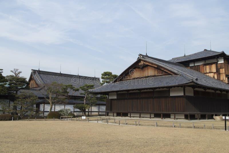 Paviljonger och tak på den Nijo slotten i Kyoto i Japan Unesco arkivfoton