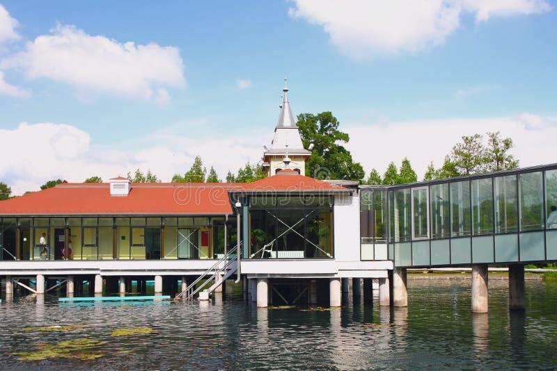Paviljonger på högar över den termiska sjön Heviz Ungern arkivbild