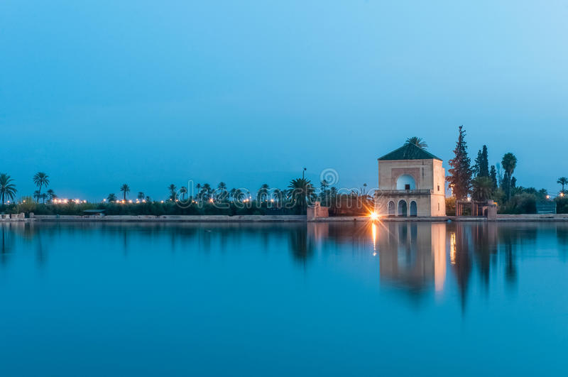 Pavillion auf Menara Gärten in Marrakesch, Marokko stockfotos