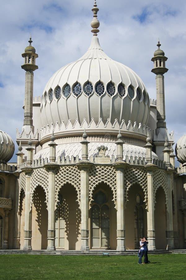Pavillion de Brighton de baiser d'amoureux images stock