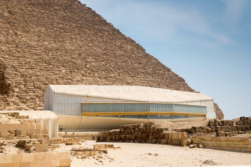 Pavillion med det Khufu skeppet royaltyfria foton