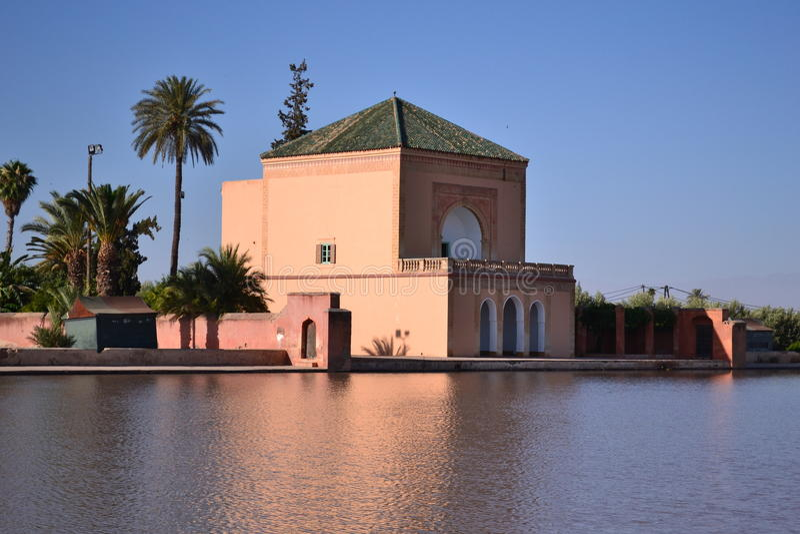 Pavillion in Menara-Tuinbassin, Marrakech marokko stock afbeelding