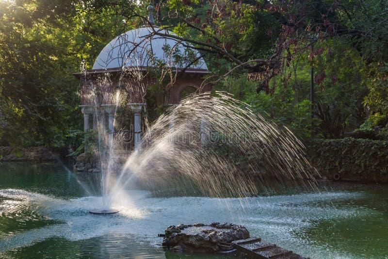 Pavillion romantico di re Alfonso XII e fontana nel parco di Maria Luisa in Siviglia, Spagna fotografia stock