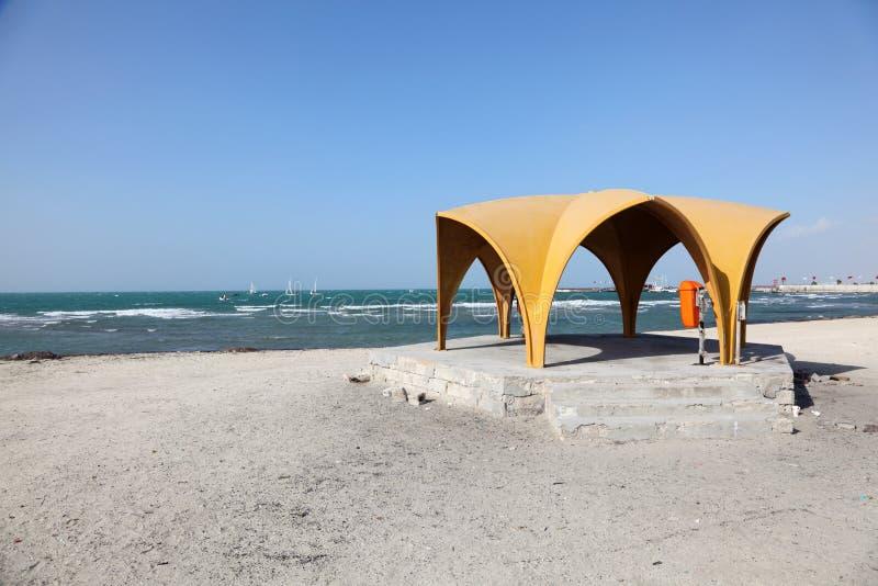 Pavillon auf dem Strand in Bahrain stockfoto