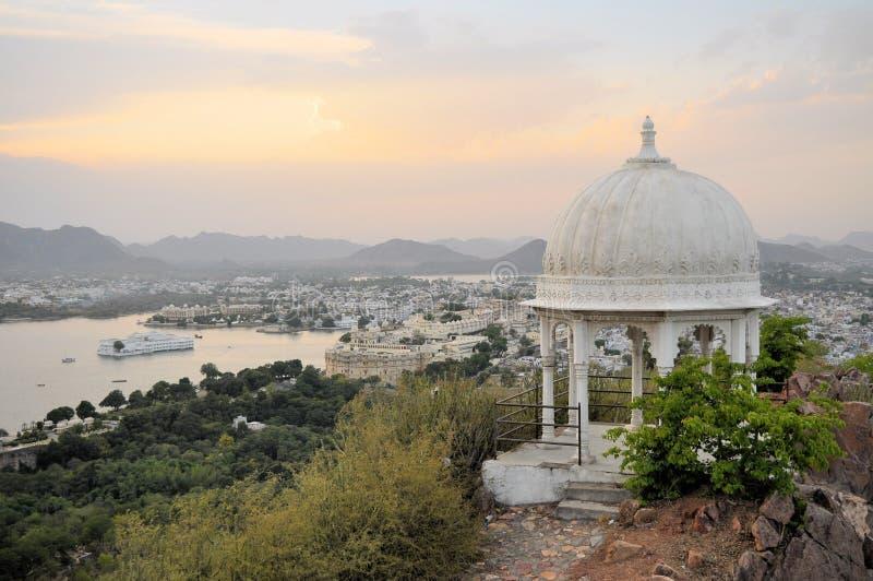 Pavillon avec le palais de ville d'Udaipur au lac Pichola images libres de droits