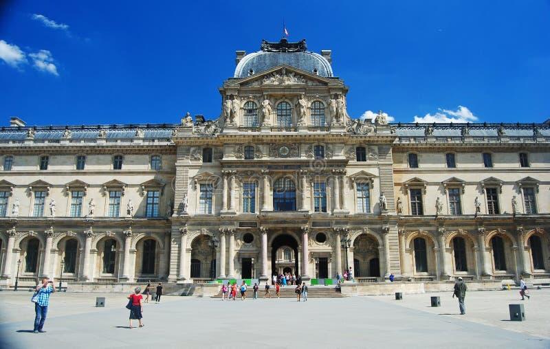 Pavillon besudeln Gebäude des Louvre-Museums in Paris stockbild