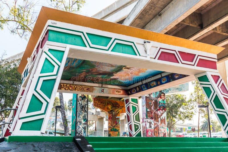 Pavillon chicano/Kiosko de parc avec la Sur-rampe d'autoroute ci-dessus photographie stock
