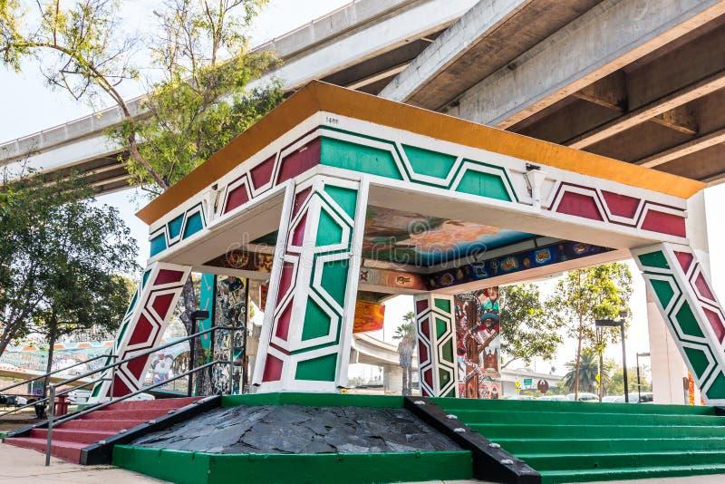 Pavillon chicano/Kiosko de parc sous la Sur-rampe d'autoroute photo libre de droits