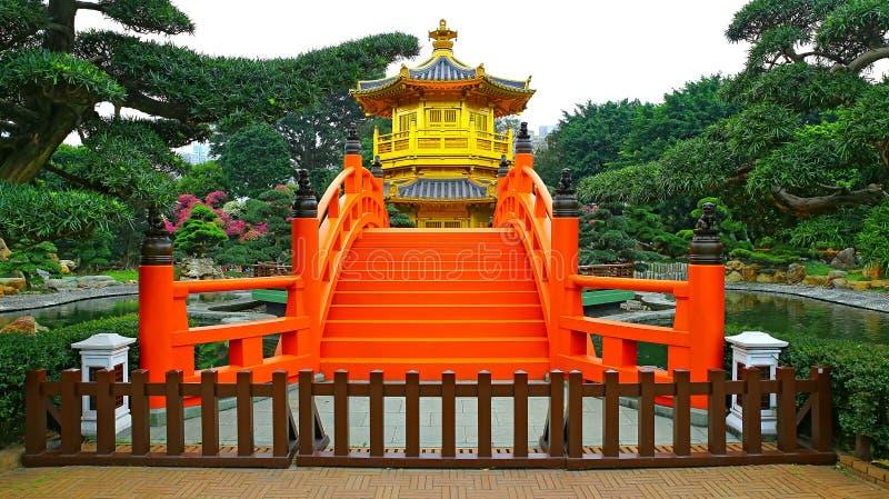 Pavillon d'or et pont rouge photo stock