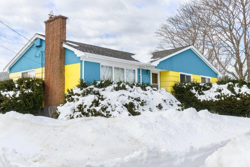 Pavillon d'hiver sous un snowbank images libres de droits