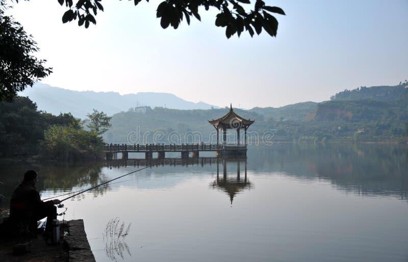 Pavillon dans le beau lac images stock