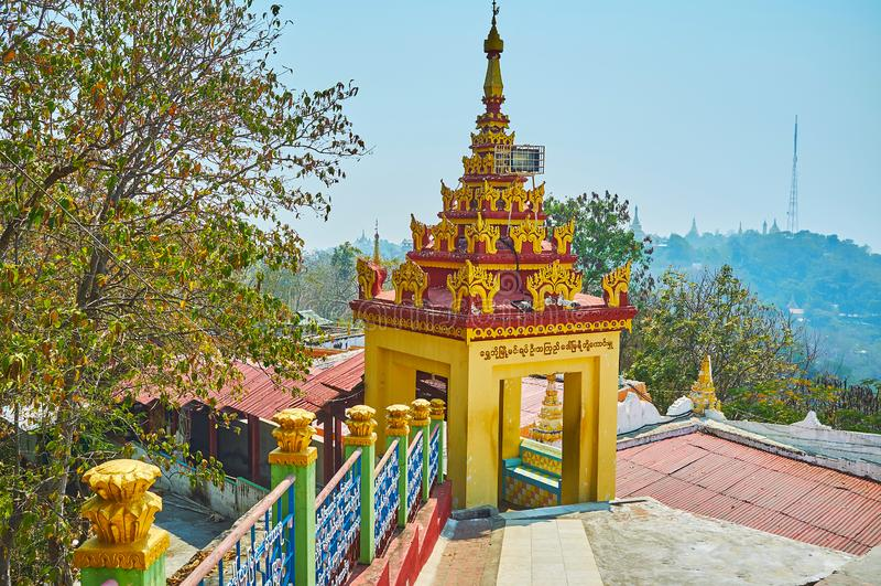 Pavillon dans U Min Thonze Temple, Sagaing photos libres de droits