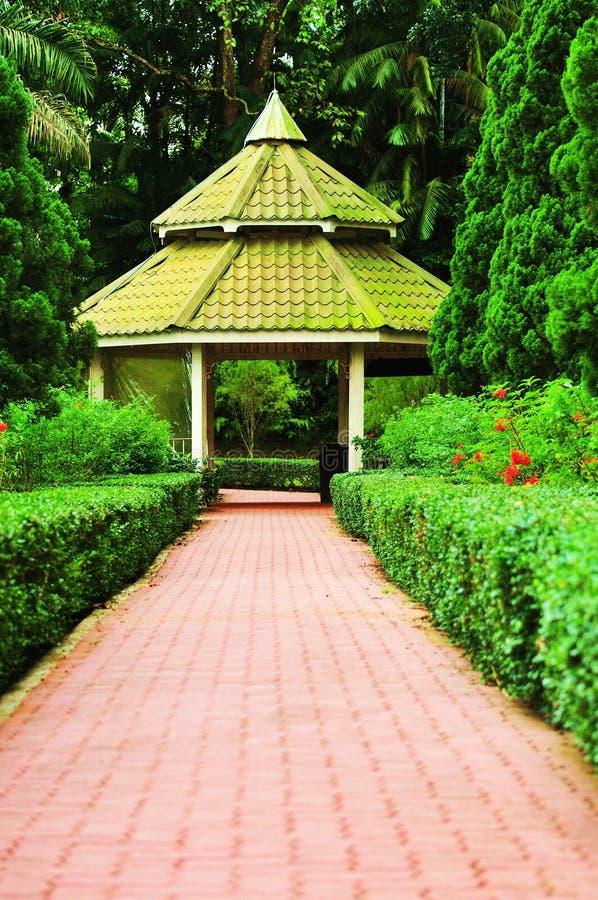 Pavillon dans un jardin photos libres de droits