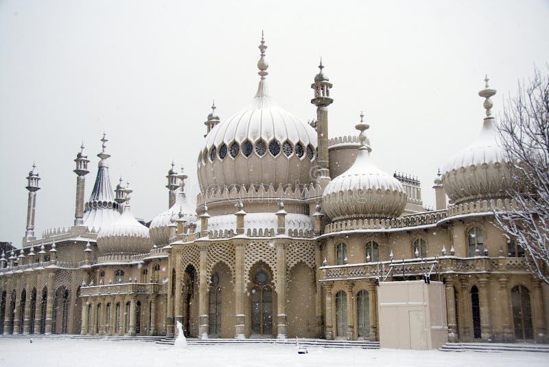 Pavillon de Brighton dans la chute de neige importante photographie stock