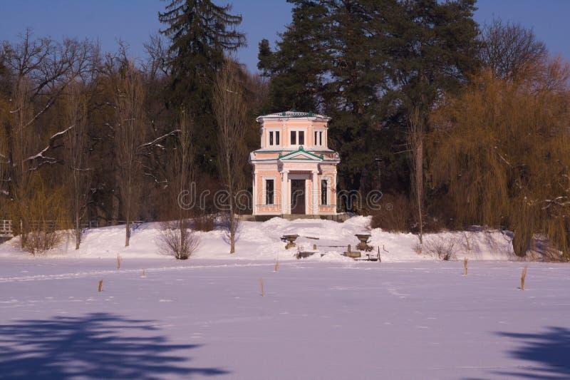 Pavillon de Flora sur l'île de l'amour dans l'arborétum Sofievka photographie stock libre de droits