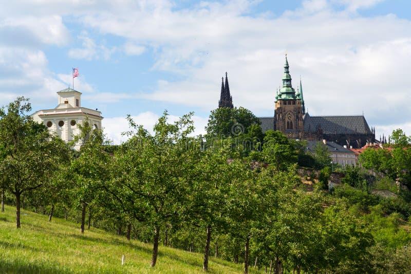 Pavillon de Glorietta à U S Ambassade Prague avec St Vitus Cathedral photo libre de droits