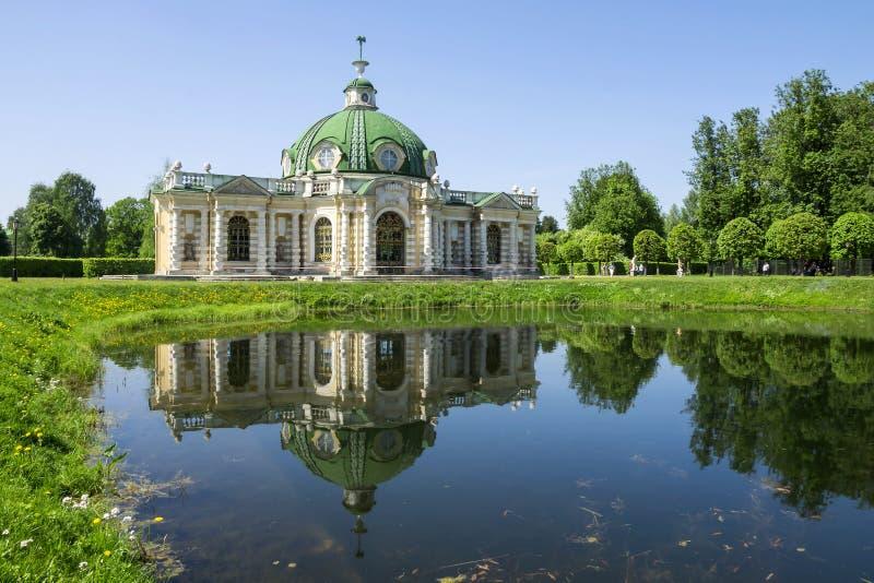 Pavillon de grotte avec la réflexion dans le parc aquatique Kuskovo, Mosco images libres de droits