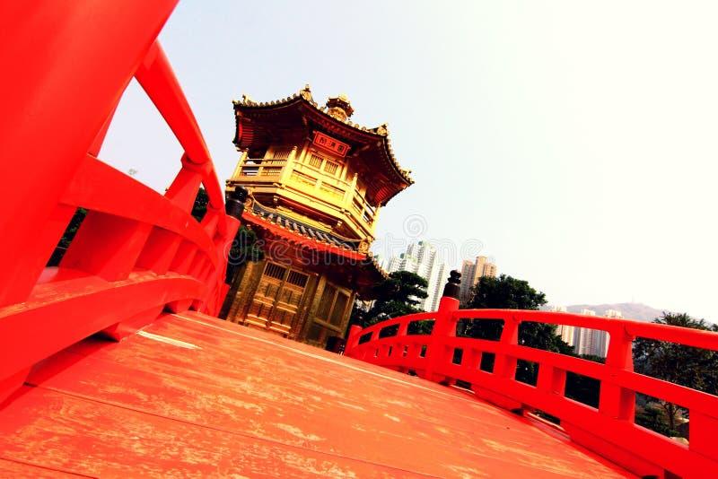 Pavillon de perfection avec le pont rouge photo libre de droits