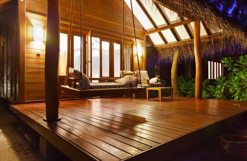 Pavillon de plage au coucher du soleil - Maldives images libres de droits