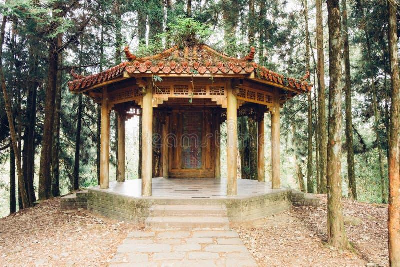 Pavillon de style de chinois traditionnel dans forrest photographie stock libre de droits