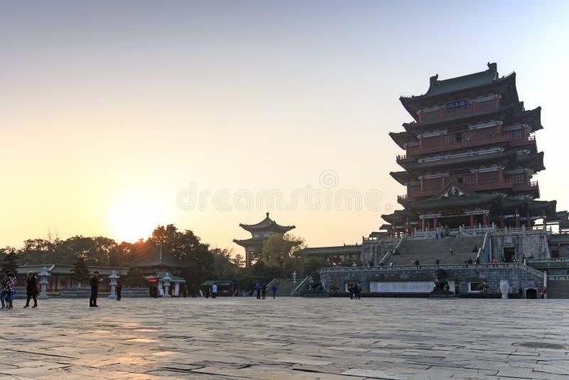 Pavillon de Tengwang à Nan-Tchang au coucher du soleil avec beaucoup de touristes visitant l'endroit image libre de droits